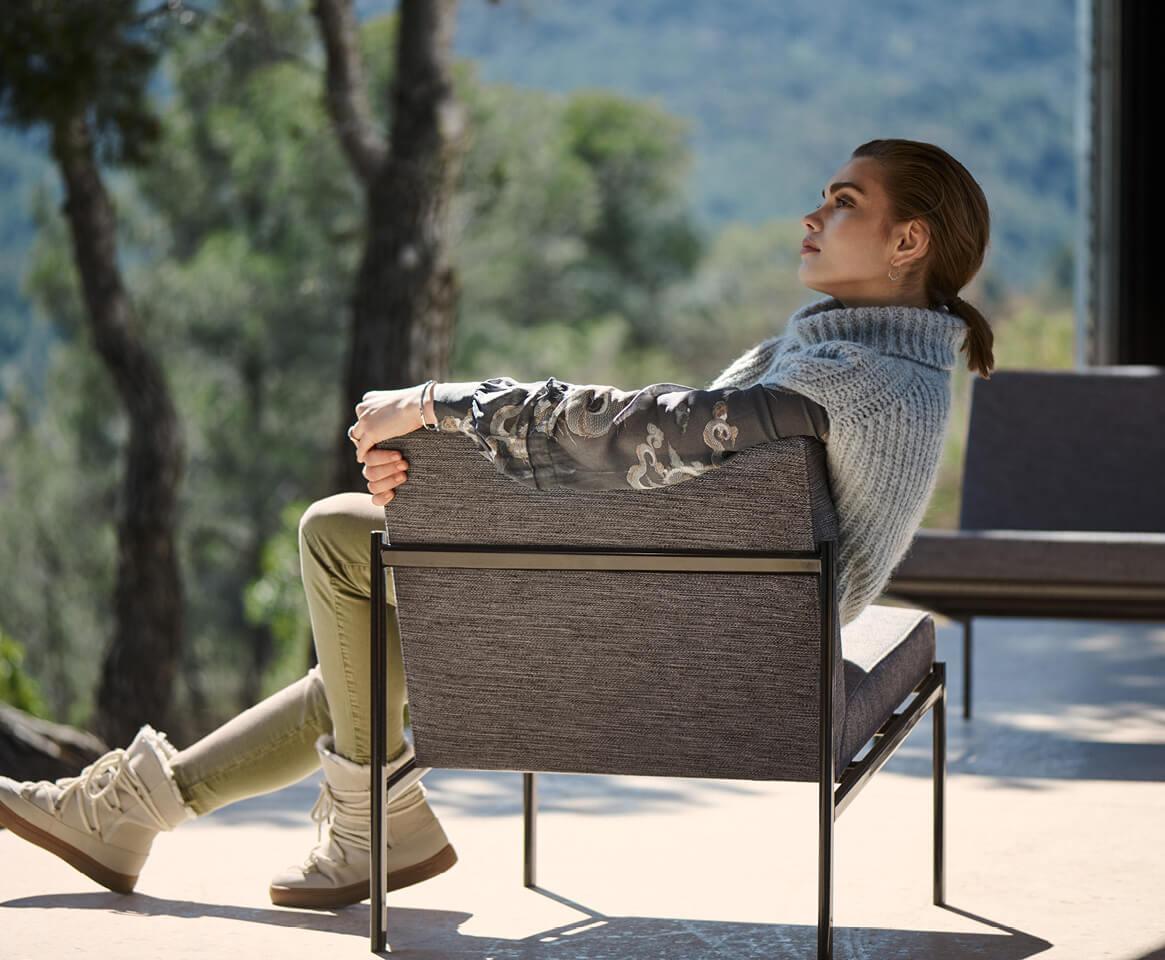 mujer sentada otoño